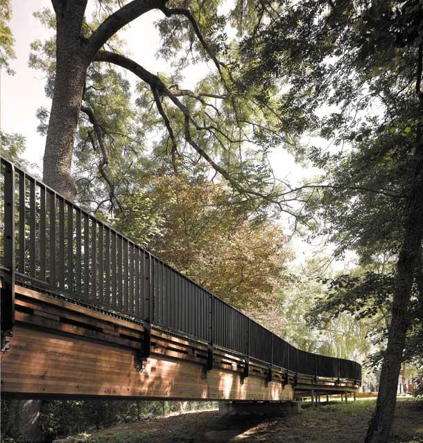 Passerelle et cheminement piéton, architecte Bertrand Penneron